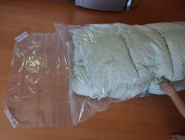 掛け布団を2つに折って袋に入れる