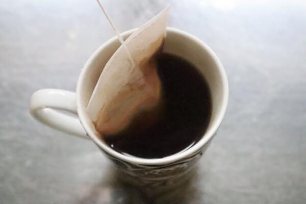 コーヒーバッグを揺する